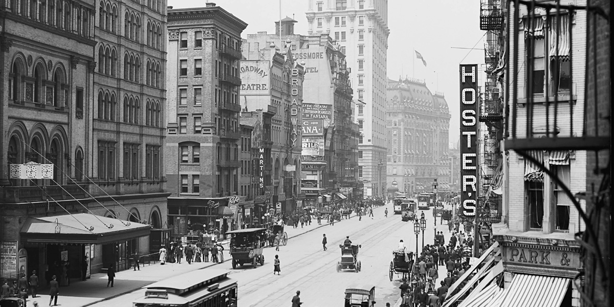 "Blick nach Norden am Broadway von der 39. Straße Richtung 46. Straße. Von links nach rechts: Metropolitan Opera House mit Postern an der Südseite, die am 20. November 1905 beginnende Saison bewerbend; Broadway Theatre; New Amsterdam Theatre; Rossmore Hotel; Metropole Hotel and Bar; das New York Times Building; das Hotel Astor und Churchill's (ein Restaurant an der Nordseite der 46. Straße) Detroit Publishing Co., 1905; via <a href=""http://hdl.loc.gov/loc.pnp/det.4a17652"">United States Library of Congress</a>"