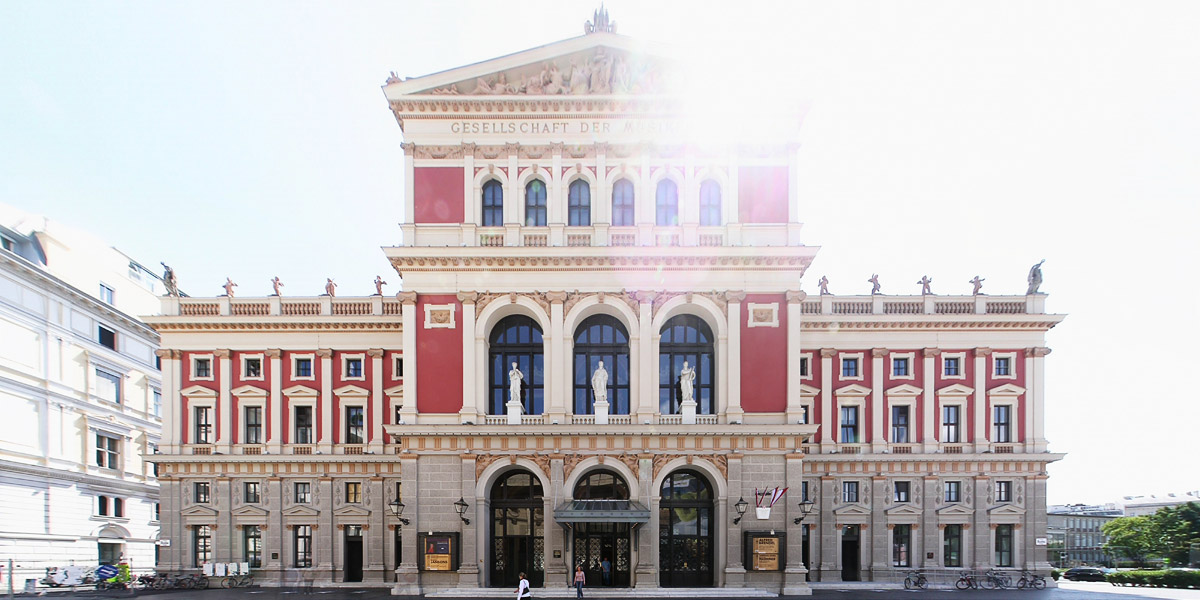 "Haupteingang des Musikverein in Wien, Blick Richtung Osten ins Gegenlicht Foto: <a href=""https://commons.wikimedia.org/wiki/File:Musikverein_Portal_110606.jpg"">Clemens Pfeiffer</a> &middot; <a href=""https://creativecommons.org/licenses/by/2.0/at/deed.en"">CC 2.0</a>"