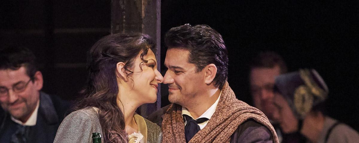 »La bohème«, 2. Akt: Irina Lungu (Mimi) mit ihrem Rodolfo (Saimir Pirgu) am Weihnachtsabend im Pariser Café Momus © Wiener Staatsoper GmbH/Michael Pöhn