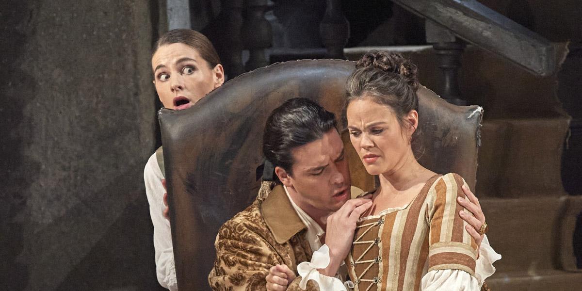 »Le nozze di Figaro«, 1. Akt: Patricia Nolz (Chrubino), Andrè Schuen (Conte di Almaviva) und Regula Mühlemann (Susanna) © Wiener Staatsoper GmbH/Michael Pöhn