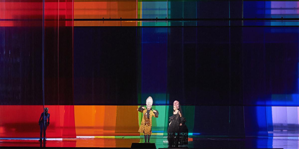 »Il barbiere di Siviglia«, 1. Akt: Ruth Brauer-Kvam (Ambrogio), Paolo Bordogna (Bartolo) und Vasilia Berzhanskaya (Rosina) im »Bühnenbild« und der Inszenierung von Herbert Fritsch © Wiener Staatsoper GmbH/Michael Pöhn