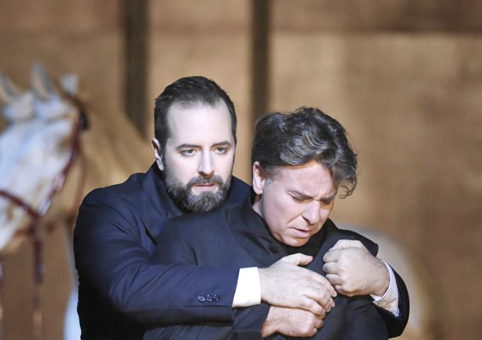 »Don Carlo«, 2. Akt: Étienne Dupuis (Rodrigo) und Roberto Alagna (Don Carlo) © Opéra national de Paris/Vincent Pontet