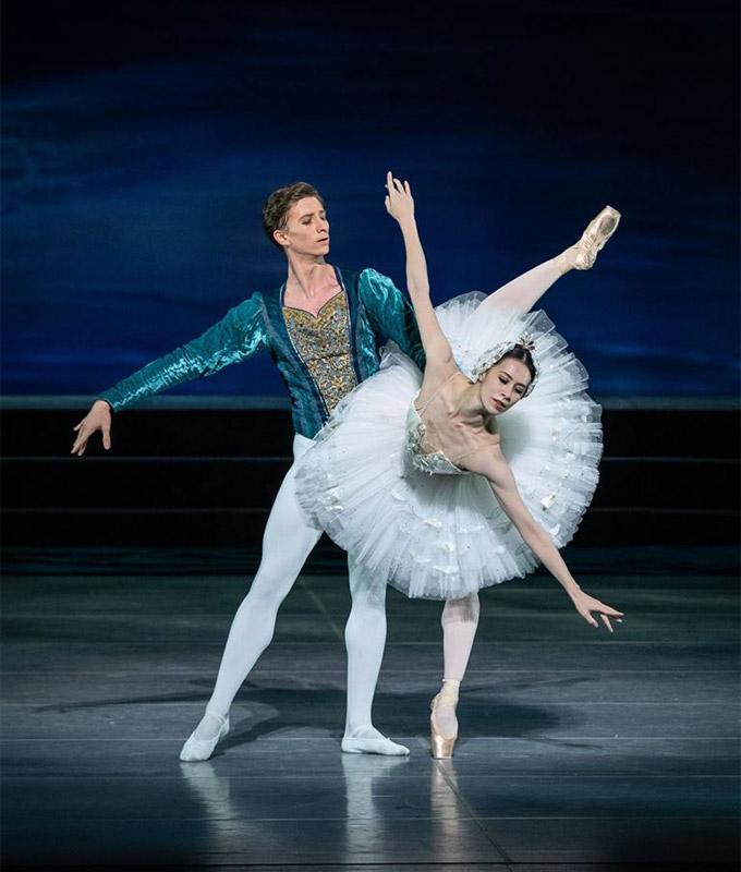 »Schwanensee«, 3. Akt: Kiyoka Hashimoto (Prinzessin Odette) und Vadim Muntagirov (Prinz Siegfried) © Wiener Staatsballett/Ashley Taylor